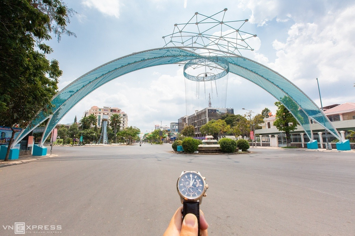 Hoa Binh Boulevard in Ninh Kieu District in the Mekong Delta city of Can Tho had no people and vehicles.