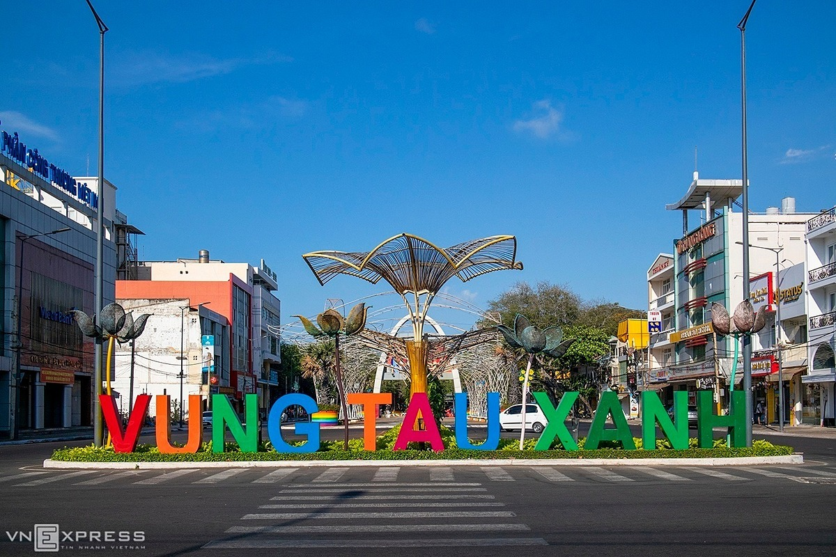 The roundabout area of Tran Hung Dao - Trung Trac - Trung Nhi Street in Ward 1, Vung Tau Town was left deserted with almost no vehicles at 8 a.m. on April 2.Photographer Do Tuan Hung, a local in Vung Tau, captured the photos of the quiet atmosphere in the usually-busy beach town in early April.
