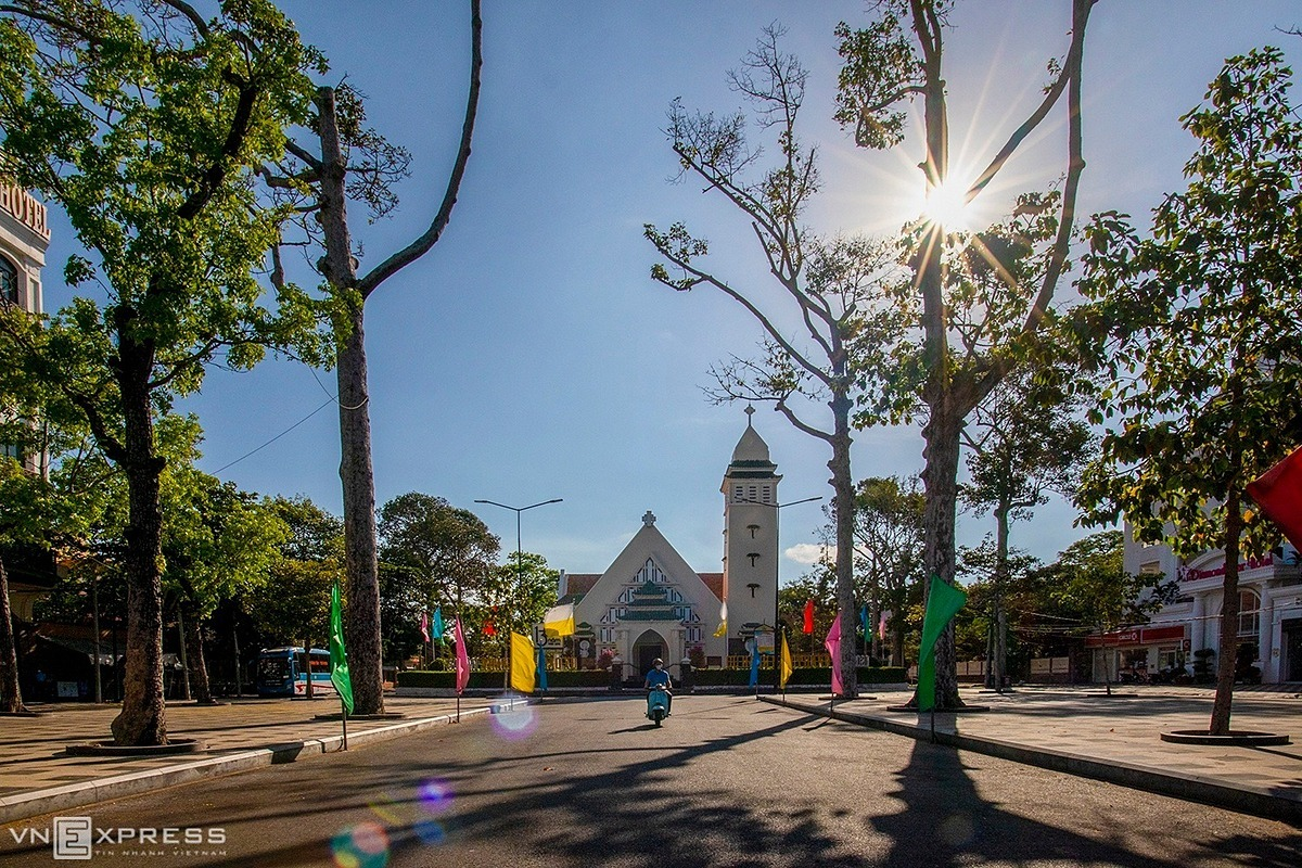 The scene of tranquility in front of the Vung Tau Catholic Church. The Government Committee for Religious Affairs earlier asked religious organizations and places of worship to stop organizing festivals, conferences, and activities for large crowds to steam the spread of the Covid-19 pandemic.Located in downtown Vung Tau, the church overlooking Tran Hung Dao Street was built in 1889 and is the oldest in the town.