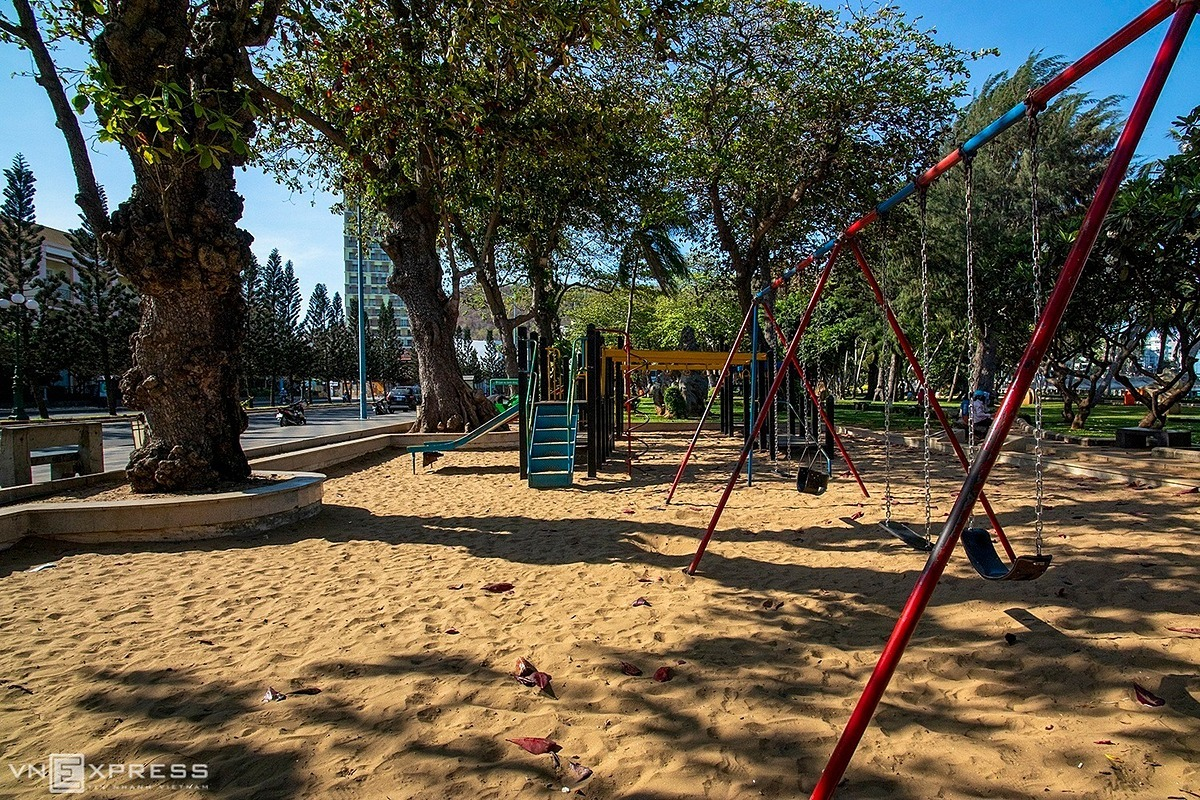A public playground for kids was left empty and had no visitors at Front Beach Park. This park has an area of over 3 hectares, located in a beautiful location on Quang Trung Street. Authorities in Ba Ria-Vung Tau Province have closed public parks, kids playgrounds and sports facilities following the government's orders banning crowds of more than 20 people and ordering the closure of non-essential shops until April 15 as the country enters a decisive two-week phase in its Covid-19 fight.
