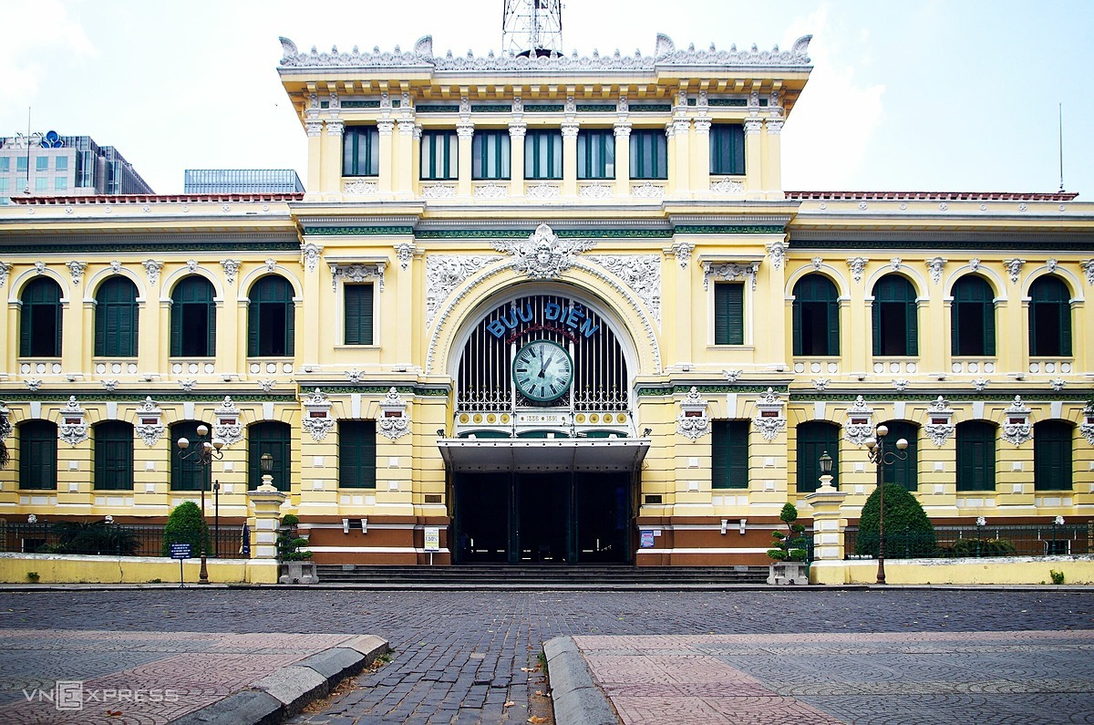 No visitors were seen in front of the Central Post Office, a tourism symbol of Ho Chi Minh City.  Located next door to Notre Dame Cathedral, the Central Post Office is a beautifully preserved remnant of French colonial times. It was built between 1886 and 1891 by renowned architect Gustave Eiffel,who also designed the Statue of Liberty and the Eiffel Tower.