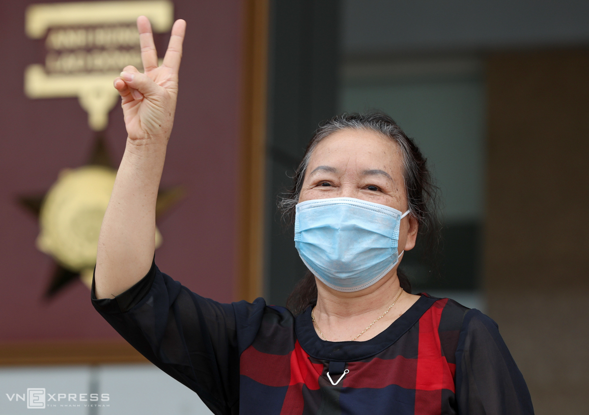 Patient 94 makes a sign of victory as she is discharged from Hanois National Hospital of Tropical Diseases, April 10, 2020. Photo by VnExpress/Ngoc Thanh.