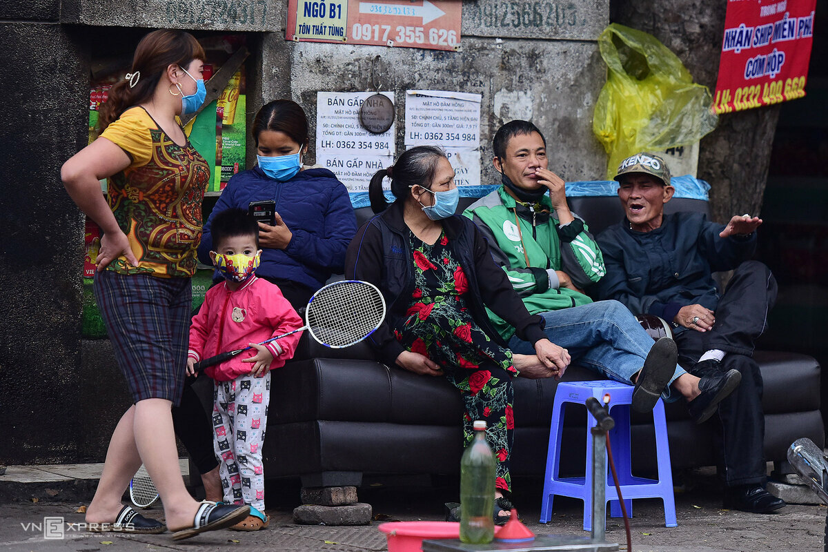 Hanoians gather and talk on Ton That Tung Street on April 9, 2020. Photo by VnExpress/Giang Huy.