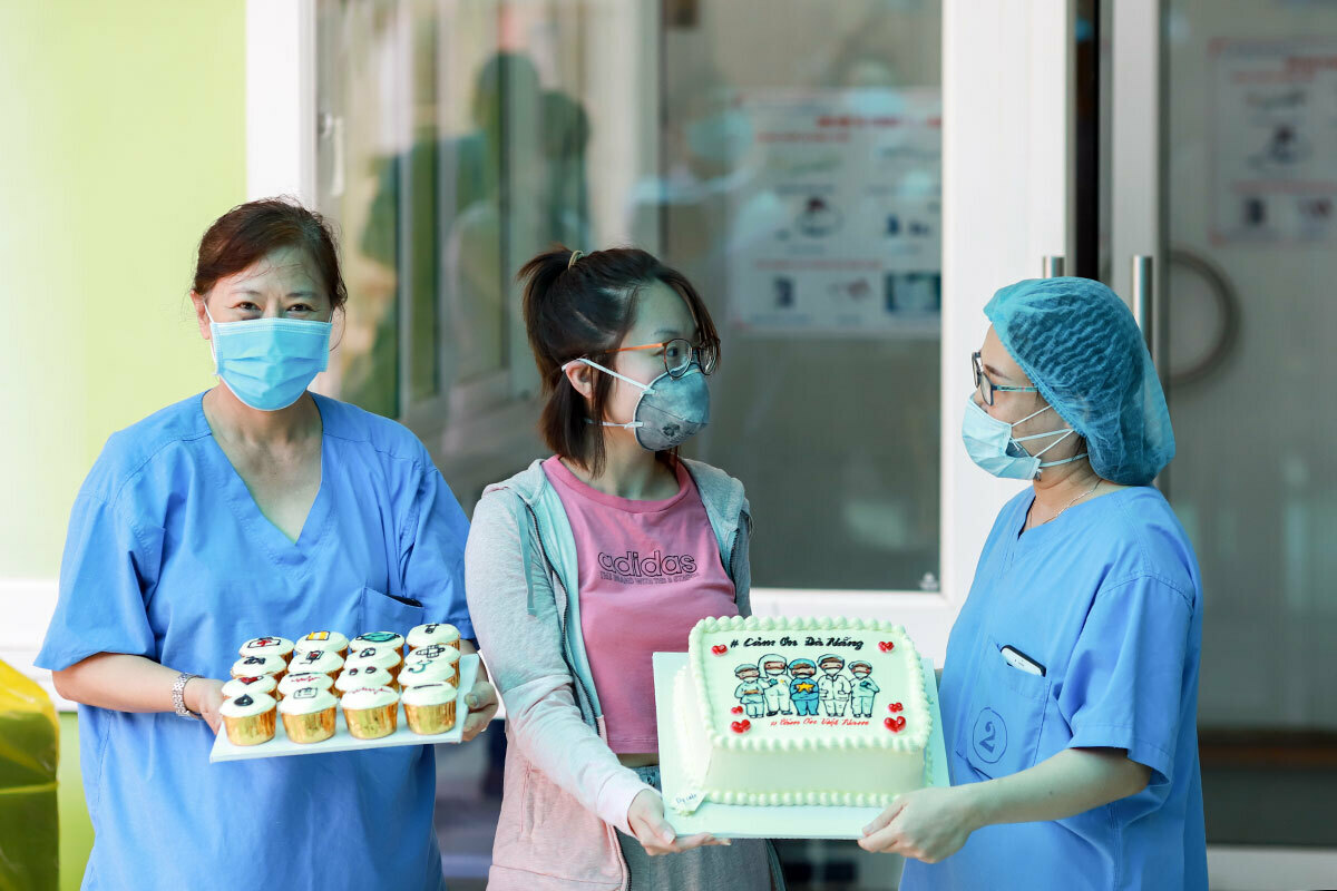 Nguyen Tra My gives doctors cakes as she is from Da Nang Hospital April 10, 2020. Photo by VnExpress/Nguyen Dong