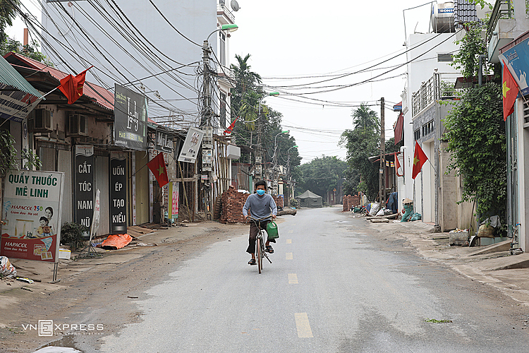 The main road that leads to the village was empty with very few people passing by. Ha Loi is the second area of Hanoi after Truc Bach Street in Ba Dinh District to get isolated.