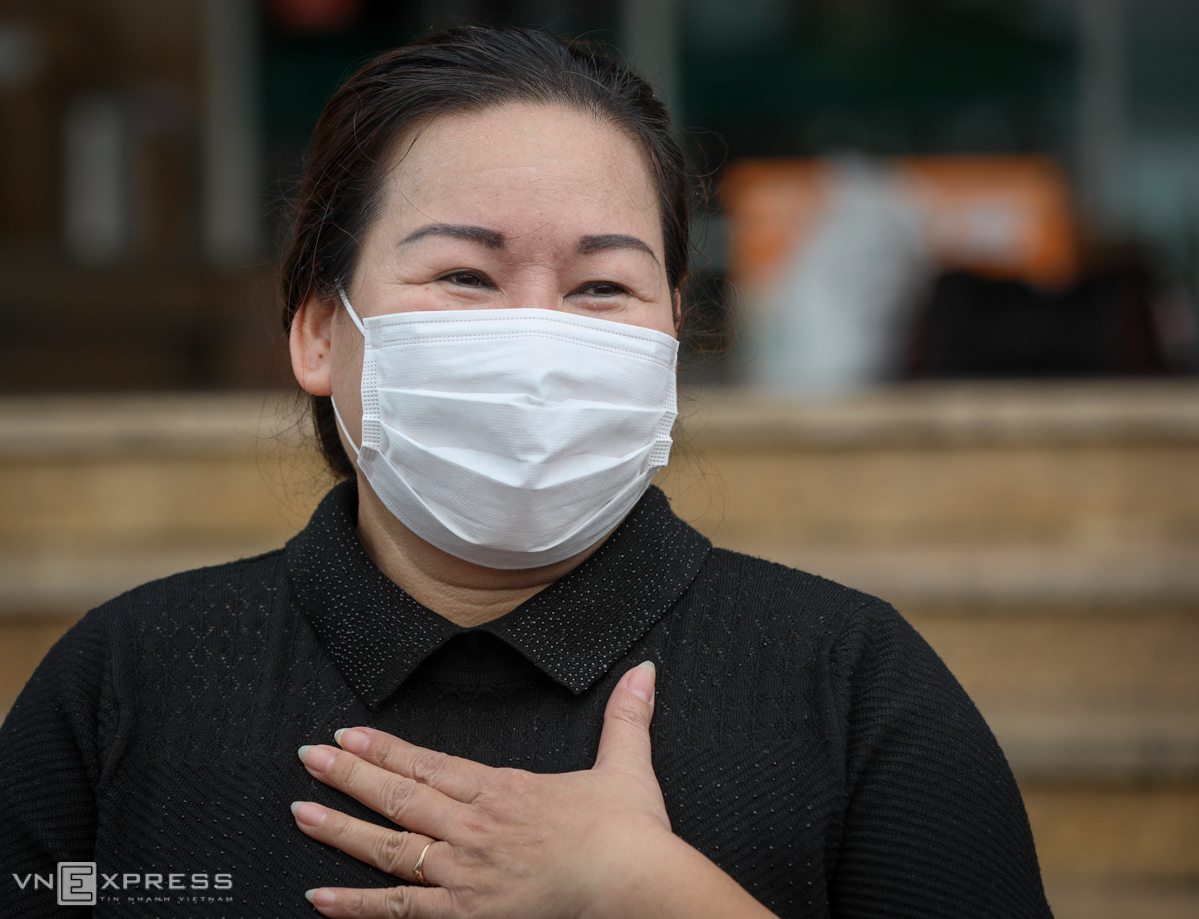 A nurse at Bach Mai Hospital is all emotional when she is discharged from Hanois National Hospital of Tropical Diseases, April 10, 2020. Photo by VnExpress/Ngoc Thanh.