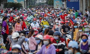 Thousands of workers put themselves at risk in Saigon