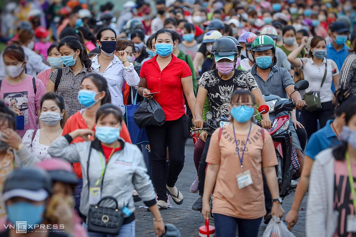 Most workers wear face masks, but keeping a distance of two meters cannot be done in this situation. Authorities in HCMC said a quick survey on anti-pandemic safety measures at this company showed that the risk index of Covid-19 infection is 91 percent. The index is assessed based on factors such as the number of employees working concentratedly, the density of workers in the factory, the proportion of workers wearing masks when working, body temperature checks and night-shift activities. Those businesses having the risk index above 80 percent is forced to suspend operation to ensure safety for workers and limit the risk of Covid-19 infection.