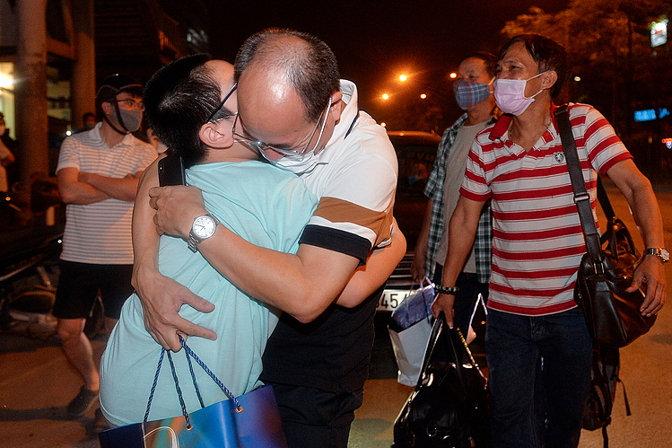 A doctor hugged his son, who has been waiting outside for him. The hug is filled with emotion as they haven't seen each other for a long time.    Bach Mai Hosptial will have the responsibility to keep monitoring and preventing Covid-19 following the instruction of Ministry of Health.