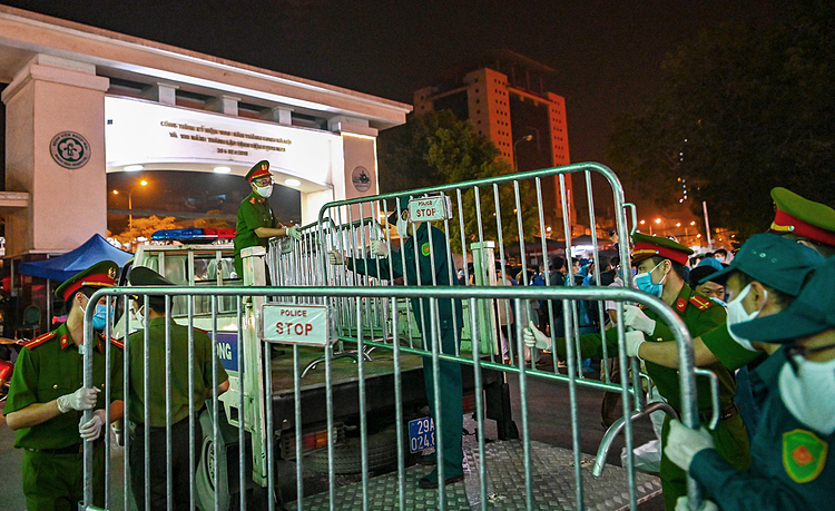 On midnight of March 12, the fences were finally removed in the joy of medical staff.    Ending the lockdown period of the hospital is a chance for more patients to have better medical treatment, Duong Duc Hung, Vice-Director of Bach Mai Hospital said.