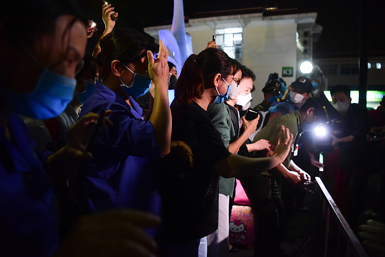 Inside the hospital, medical workers applauded, people got emotional and raised their phone up with flashlights on together to enjoy the special moment. Many joked this is like the New Year's Eve.