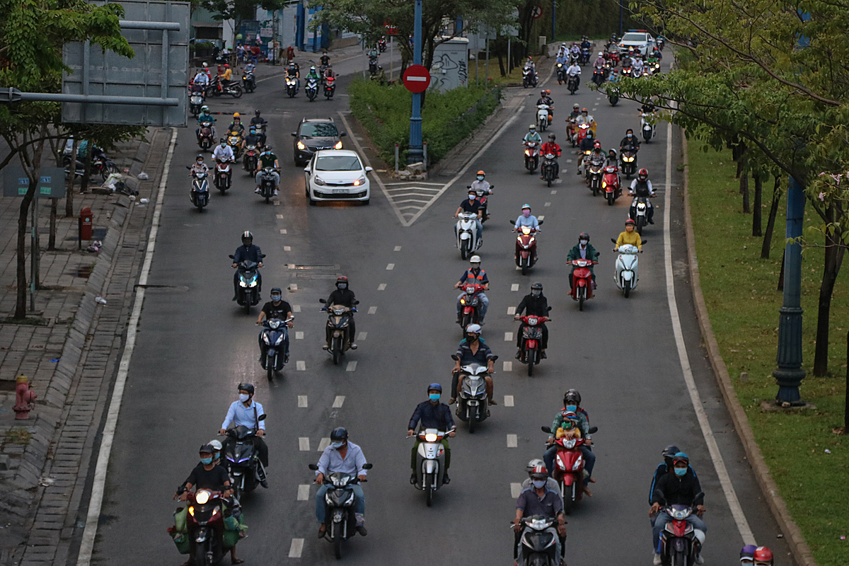 Saigon commuters on April 9, 2020. Photo by VnExpress/Hoang Huy.