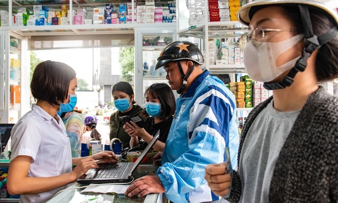 Tell on people buying medicines for cold, Hanoi druggists told