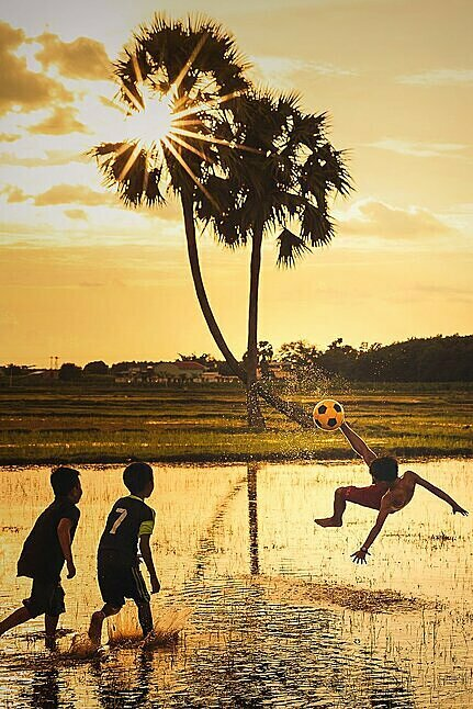 Dream football is the moment of children playing football on a harvested field in southern Tay Ninh Province. Photo by Agora/tuan1368.