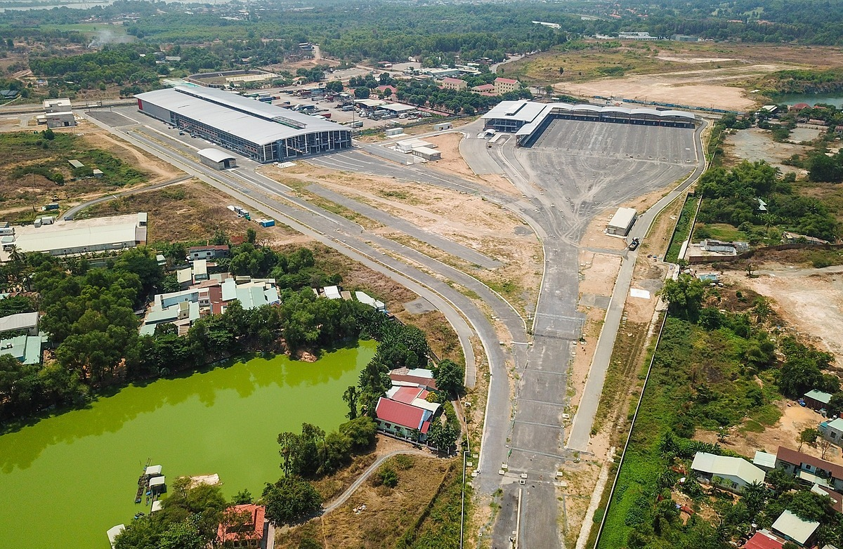 The Long Binh Depot of the Ben Thanh-Suoi Tien Metro Line 1, located in District 9, was built in 2012 and spans 20 hectares. The depot is a control and maintenance center for the trains of Metro Line 1 until 2040. It is equipped with maintenance buildings, tracks, electrical systems and offices, among others.The Depot, which aims to reach a 90 percent completion rate within this year, is now ready to receive the Metro Line 1s trains from Japan in Q2. Locomotives and trains for the line are produced by Japanese manufacturer Hitachi.