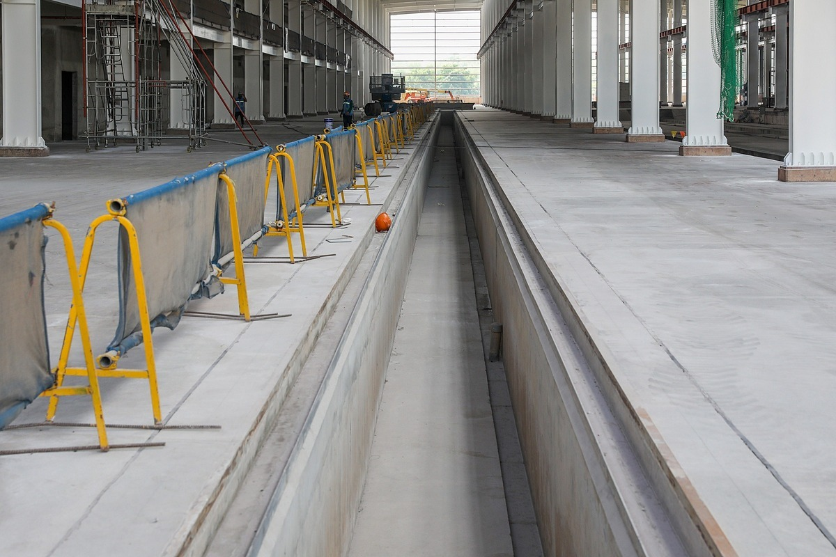 Multiple railways are situated on the workshops floor so trains could enter the workshop. Each railway, which spans around 1.43 m and is 1.5 m deep, is spacious enough for workers to climb down and fix the trains from below.