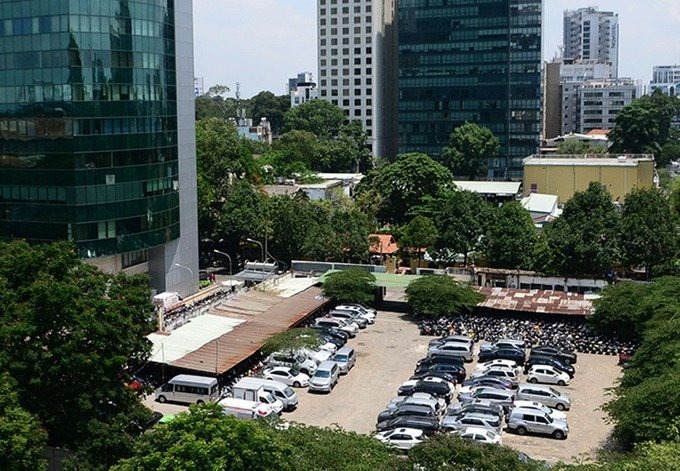 The land lot at 8-12 Le Duan Street in District 1, HCMC, serves as a parking lot. Photo by VnExpress/Quynh Tran.