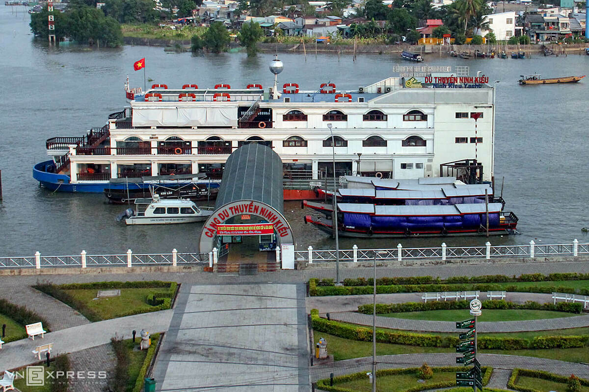 A cruise ship with a capacity of 500 guests temporarily stopped receiving tourists for sightseeing tours around the Hau River and Can Tho River.