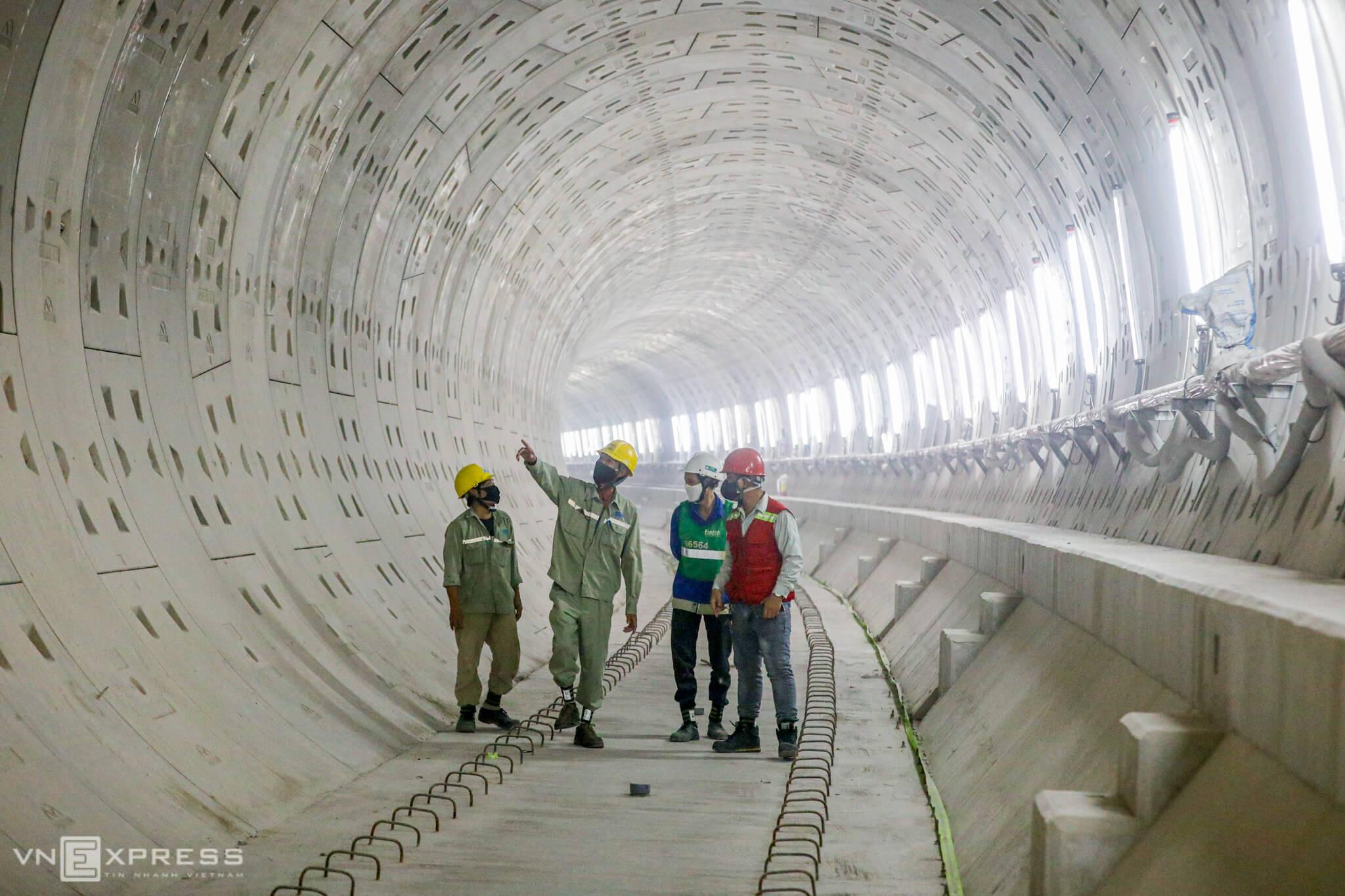 Saigon metro workers keep going despite sun, pandemic