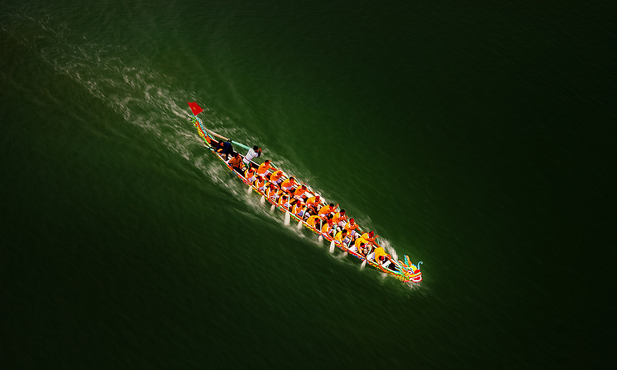 The dragon-shaped boat is heading to the finish line in a traditional spring festival in Son Tinh District, central Quang Ngai Province. Talking about the photo helping him win Agoras #Sport2020 award, Tuan Nguyen said it was challenging to take this aerial photo with the sea's high winds. He had to take a guess at the speed of the boat and choose the right angle for his drone. The contest of Agora gathered sports photos of all kinds, taken by photographers from 193 countries. In the top 50 finalist, five photos were taken in Vietnam. Photo by Agora/tuan1368.