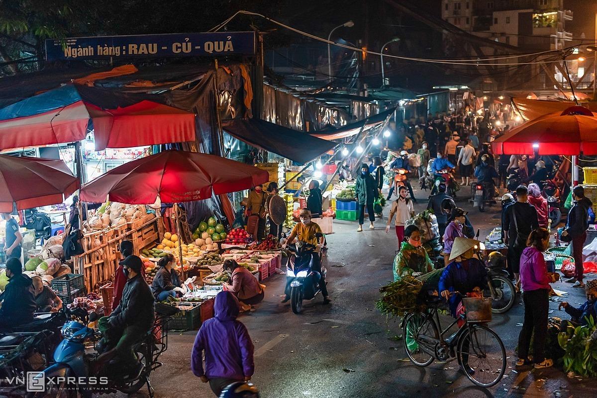 People trade at Hanois Long Bien market April 16, 2020. Photo by VnExpress/Thanh Hue.