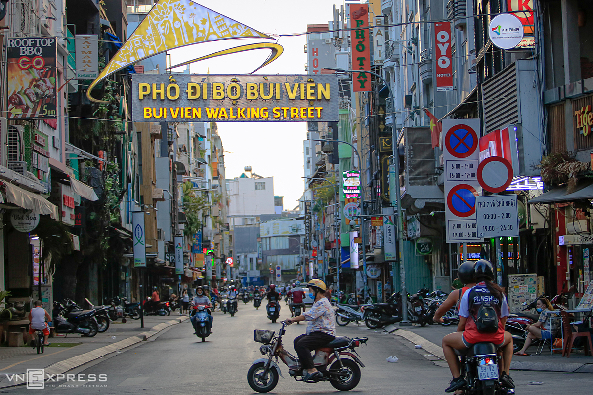 [Caption]aaOn Wednesday, right after the government decided to ease social distancing measures in HCMC after the city has gone 18 clean days without new infections, Bui Vien Street in District 1 turned busier than previous days with many business establishments cleaning up, repairing