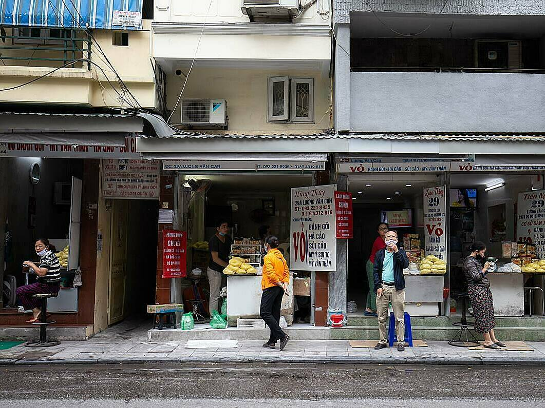 Many restaurants in Hanoi resume their business in the morning of April 23, right after the city was allowed to end the social distancing campaigns under the prime ministerial Directive 16.