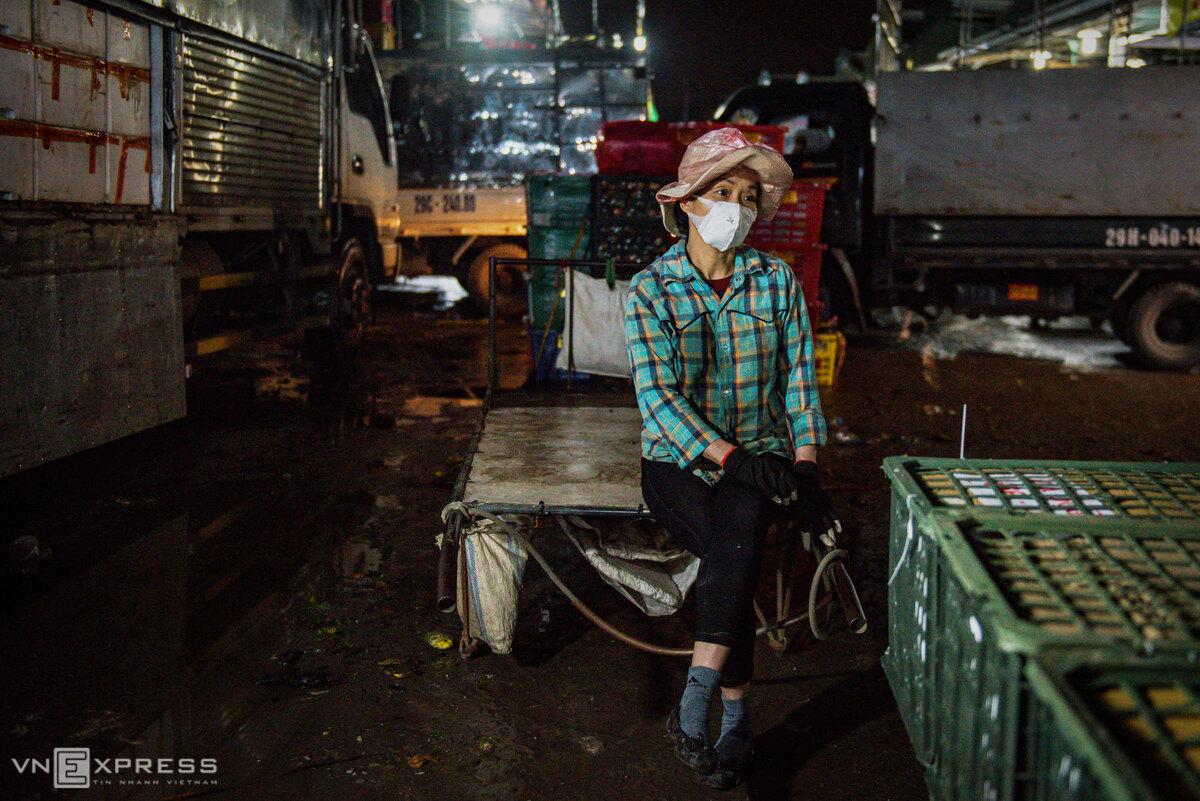 Peddling for life at Hanoi night market