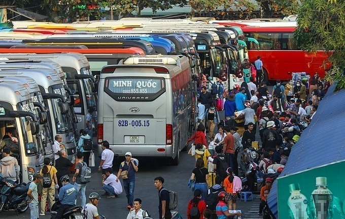 Inter-provincial buses are back on operation after 22 days on pause. Photo by VnExpress/Quynh Tran.