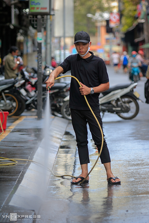 I hope that the area will soon return to a bustling atmosphere like before the Covid-19 pandemic broke out in Vietnam so that everyone get more stable job, said Pham Van Hoa, a pub worker while spraying water to wash the sidewalk in front of his shop.
