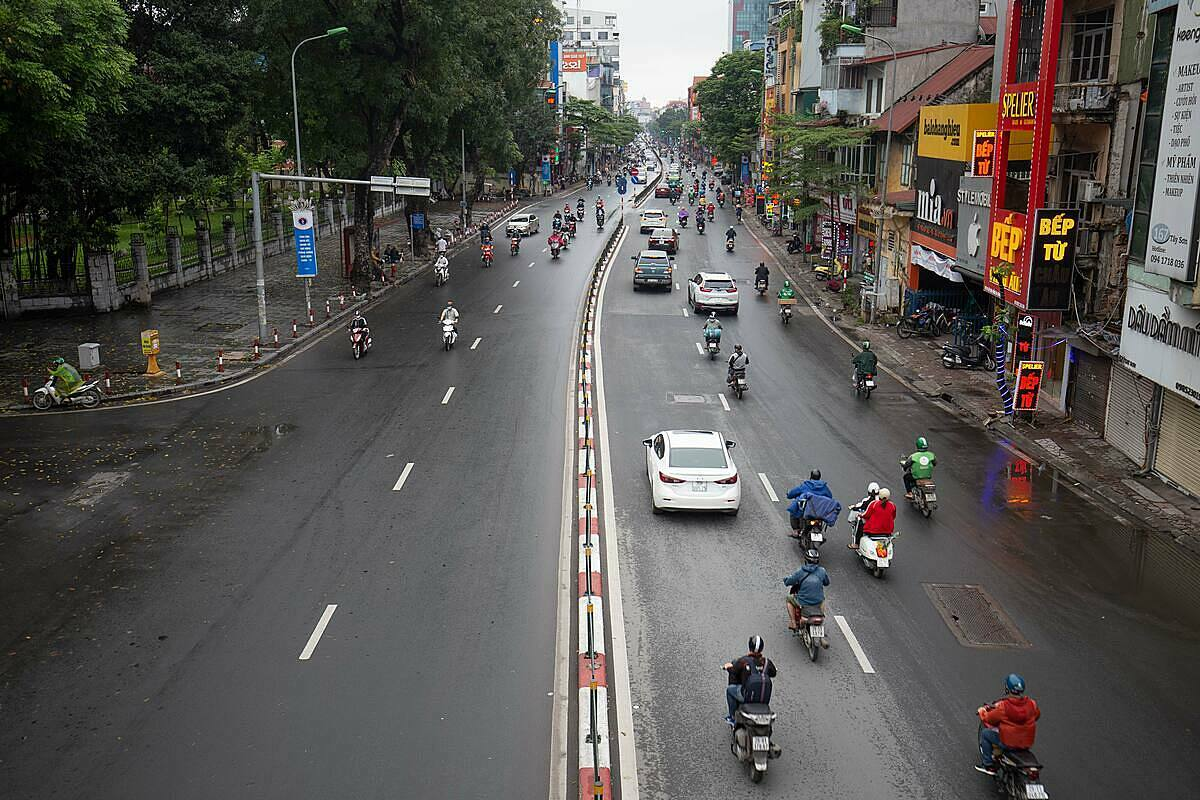 Tay Son Street slowly regains its former hustle and bustle on April 23, 2020. Photo by VnExpress/Dinh Dinh.
