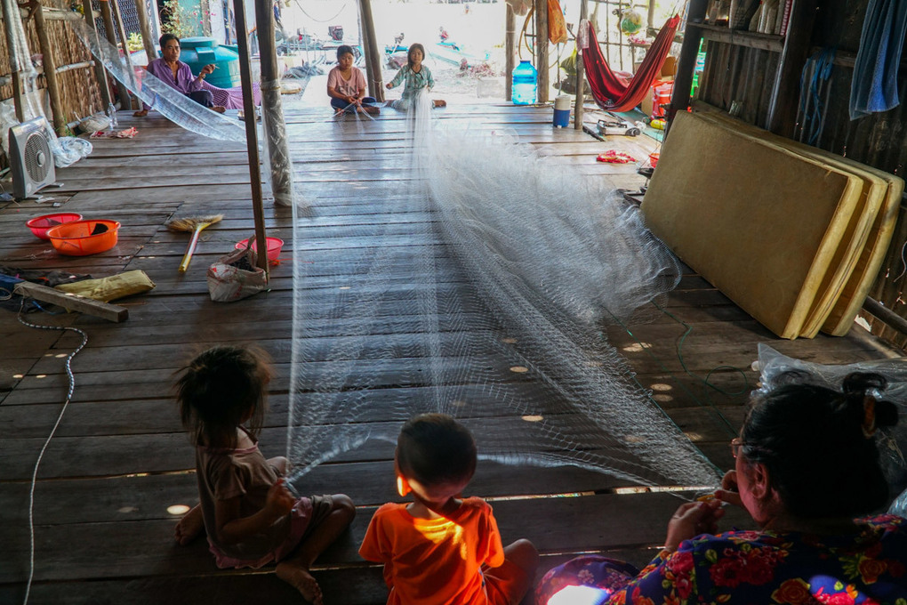 Ba Lys family earns a living from fishnet weaving in their doorless house.Photo by VnExpress/Pham Linh.