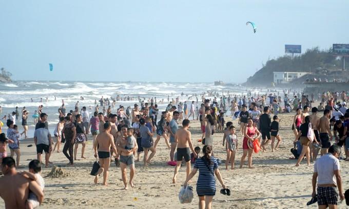 Beachgoers defy ban in southern Vietnam