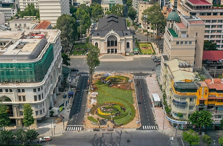 The entire construction site of the terminal with an area of over 2,000 square meters has removed the barriers and returned to its original state 127 days earlier than the plan. Workers are planting trees, flowers and making paths to create a park in front of the Municipal Theater.  The line spans from Long Binh in District 9 to Ben Thanh in District 1 with a total of 14 stations, 11 elevated and three underground.  It was approved in 2007 at a cost of VND17.4 trillion ($747 million). Last November the National Assembly allowed city authorities to approve a new cost estimate of VND43.6 trillion ($1.87 billion) after design changes and a strengthening of the Japanese yen increased the price.  The line is now 72 percent completed. By the end of this year, it is expected to reach 85 percent and aim to bring the project into operation by the end of 2021.