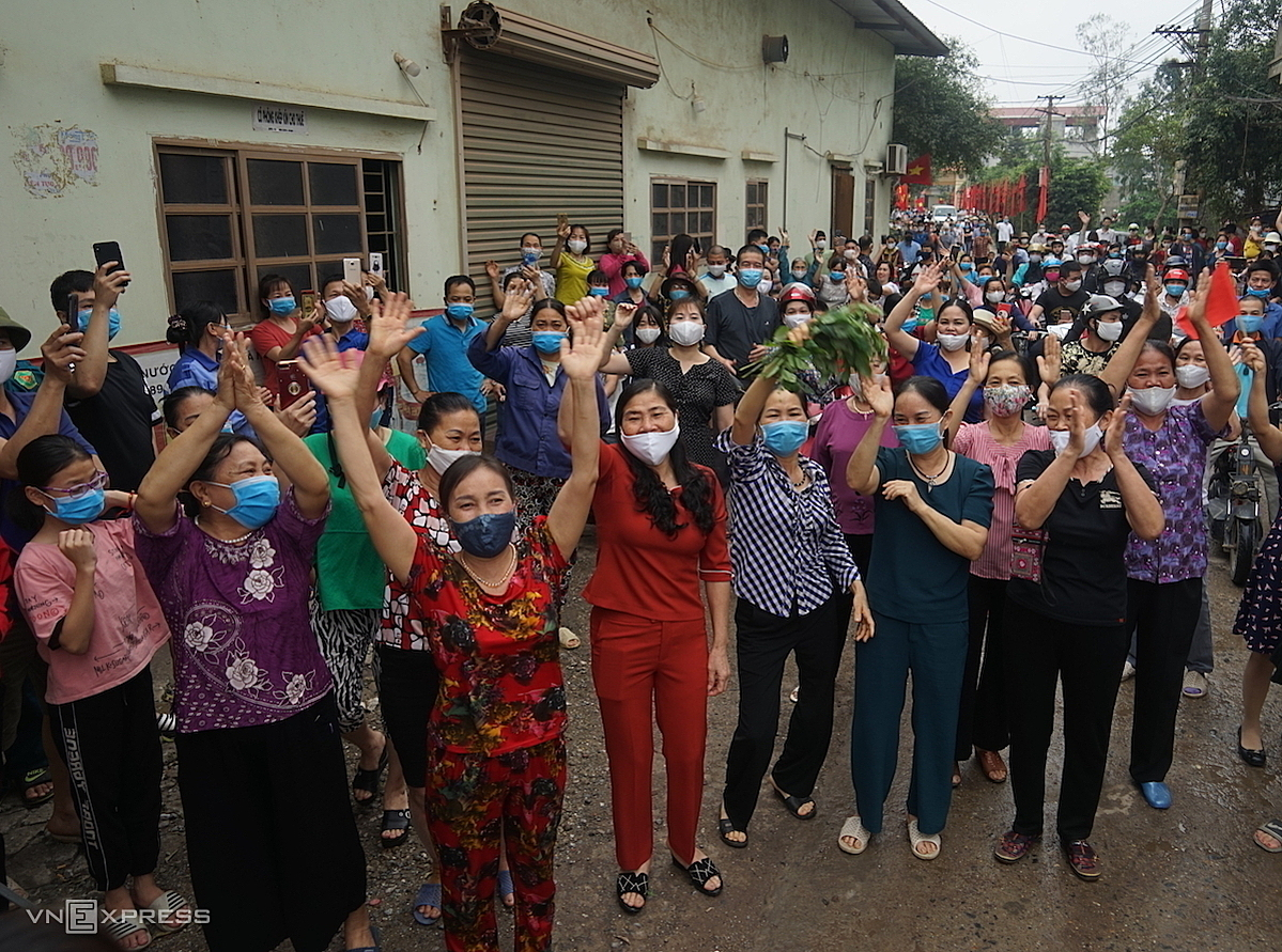 Residents of Chi Trung Village in Hung Yen Province storm the street to cheer for the lockdown being lifted lifted April 30. Photo by VnExpress/Gia Chinh.
