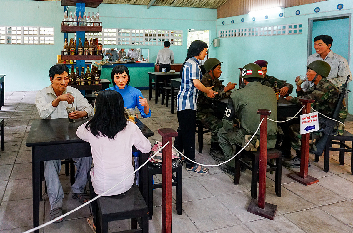 Replicated models of diners, soldiers and waiters vividly depicts the restaurant when it was packed with customers during peak time. Among the guests are many soldiers and security personnel serving the U.S military forces who had to suspicion about this place it the secret base.