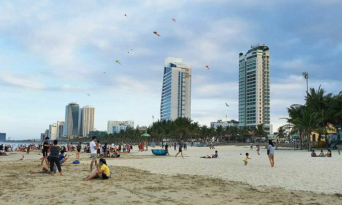 Tourist numbers plummet on national holidays