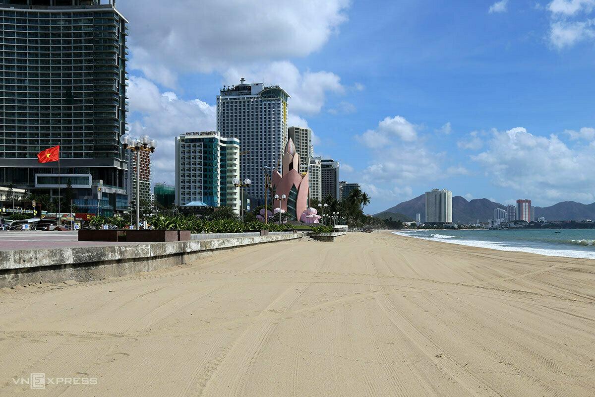 A beach at Nha Trangs center is still closed during the holidays, April 2020. Photo by VnExpress/Xuan Ngoc.