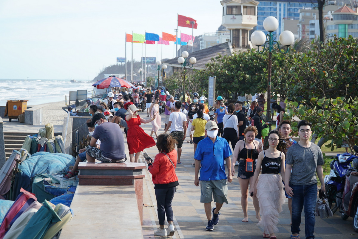 Tourists walk along the Vung Tau Town beach on April 30, 2020. Photo by VnExpress/Truong Ha.