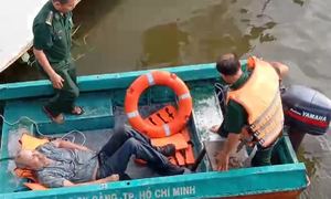American expat trapped overnight in Saigon River rescued
