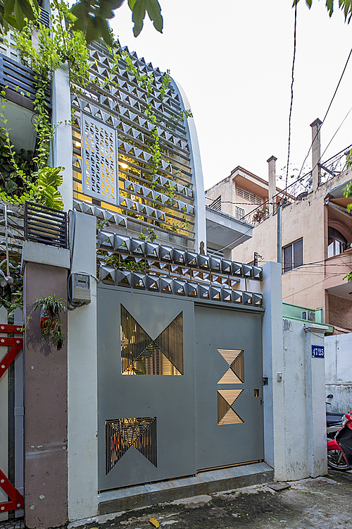 The facade alsoacts as a trellis and will gradually be covered with vines, becoming a green curtain covering the house.