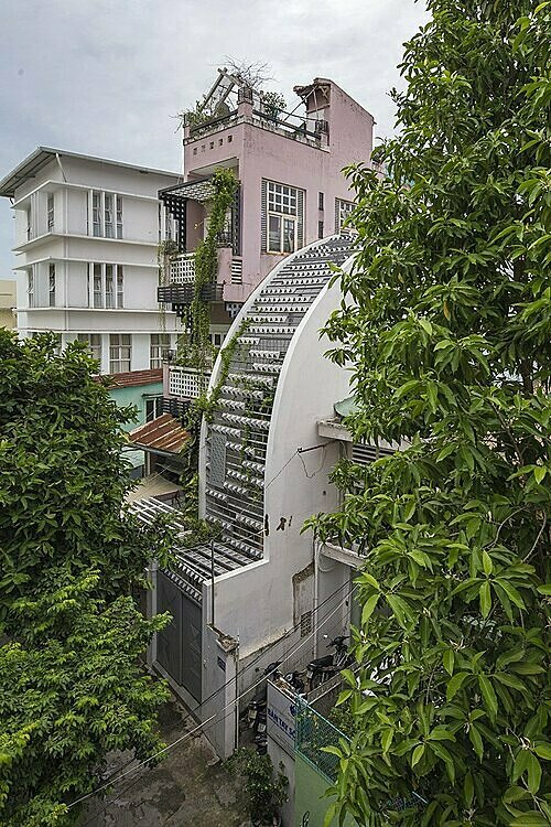 Located on a 59-meter-square plot in Ho Chi Minh City, Vy Anh house is home of an urbanite who wants to create a unique living space with trees and security.