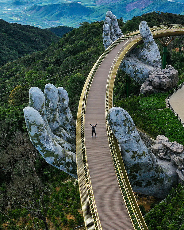 The shot of Golden Bridge on Ba Na Hills in Da Nang wins most votes from users of the world's biggest free-to use photo app Agora. Photo taken by Tran Tuan Viet.
