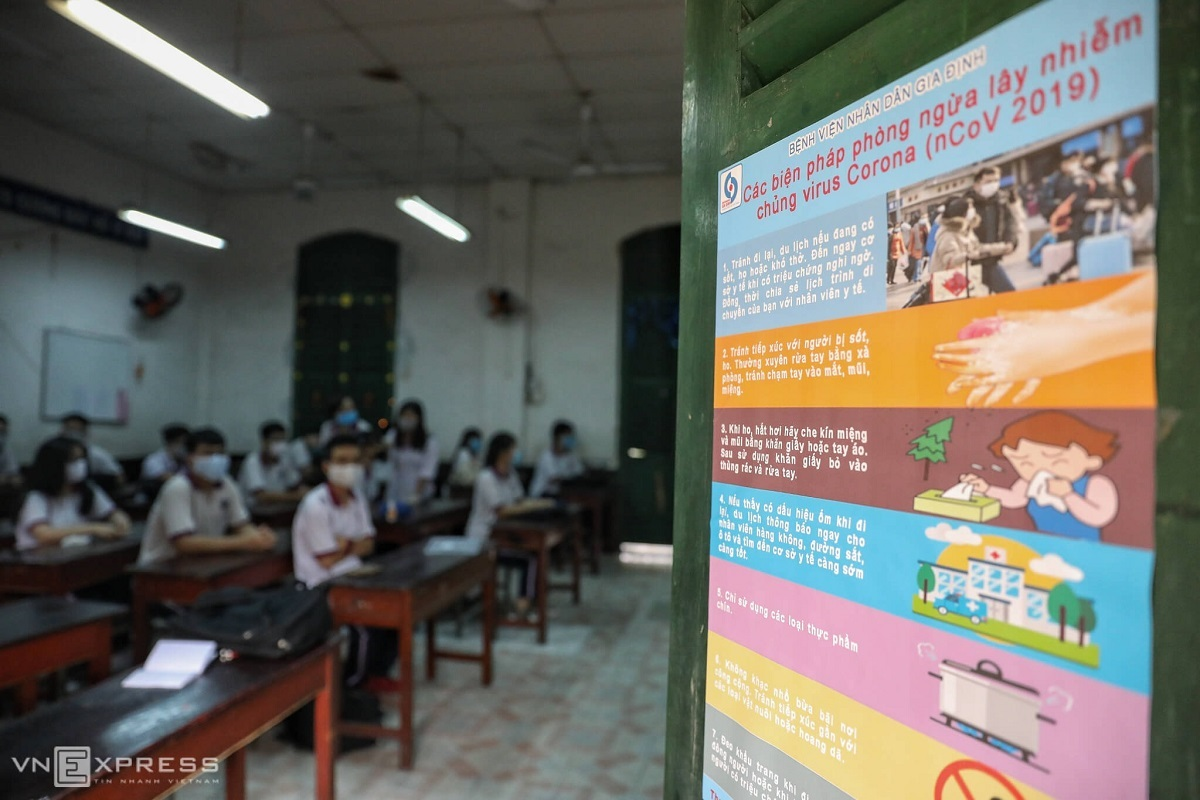 In the Trung Vuong High School of Saigons District 1, 15 12th-grade classes have returned to school Monday morning. Posters on preventing Covid-19 are present in every class.