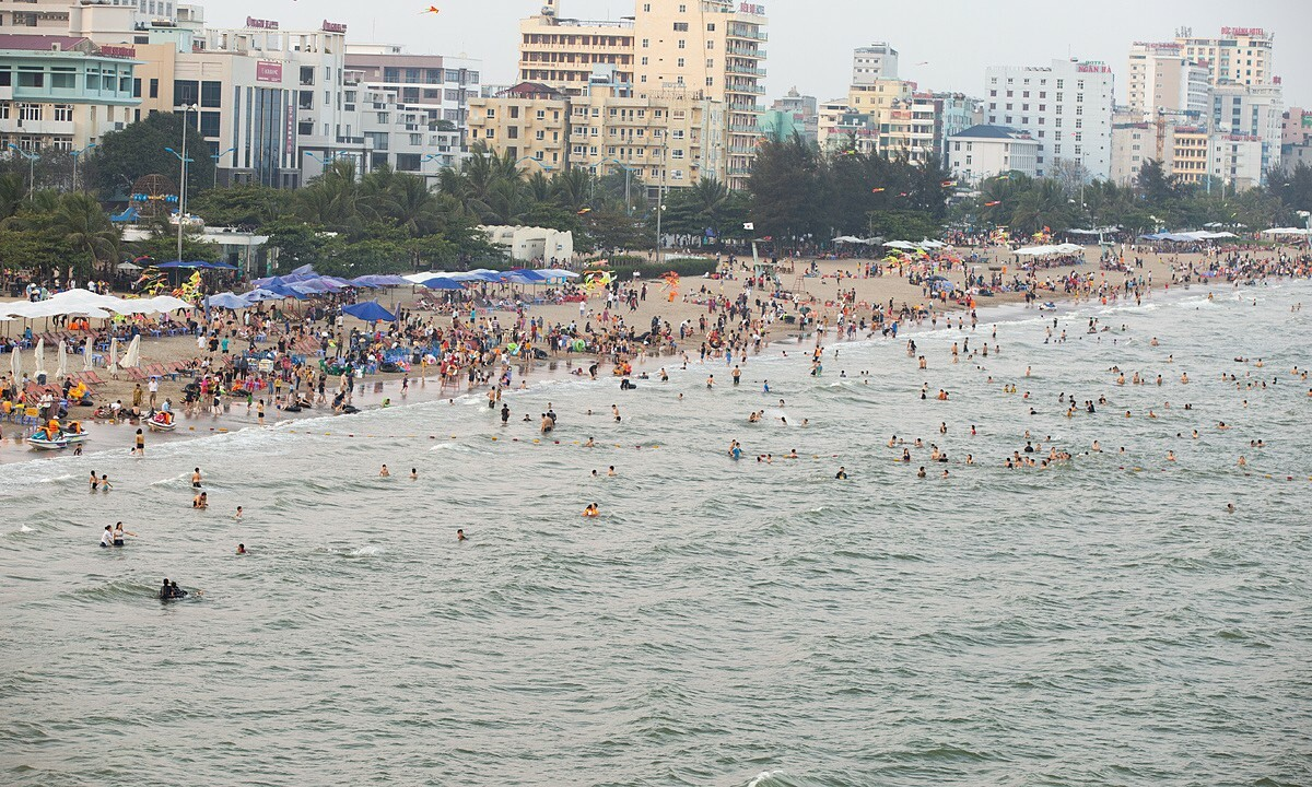 Sam Som beach in Thanh Hoa Province is flooded with huge crowds of beach-goers on April 30, 2020. Photo acquired by VnExpress.
