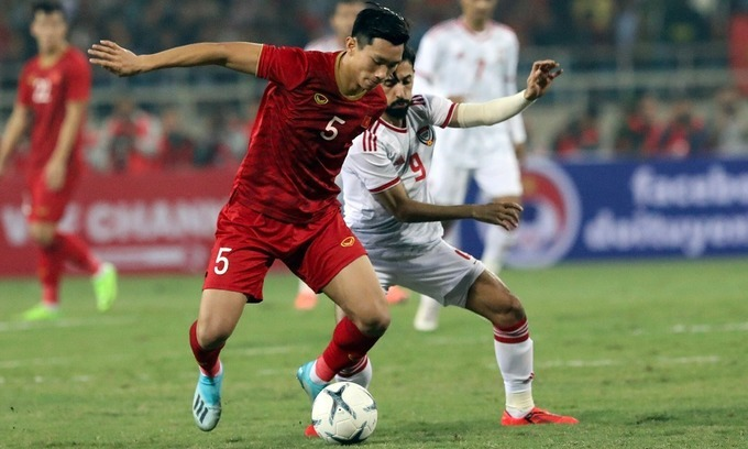 Doan Van Hau (L) play in a World Cup qualification match against UAE in Hanoi, November 14, 2019. Photo by VnExpress.