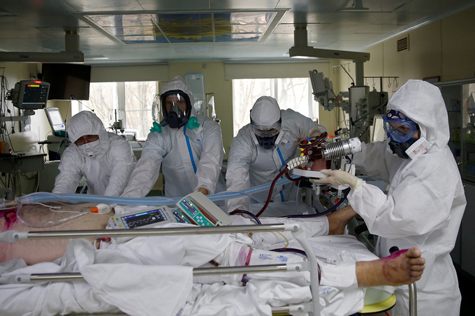 Doctors treat a Covid-19 patient in an intensive care unit in Hospital 52 in Moscow, Russia, April 28, 2020. Photo by Reuters