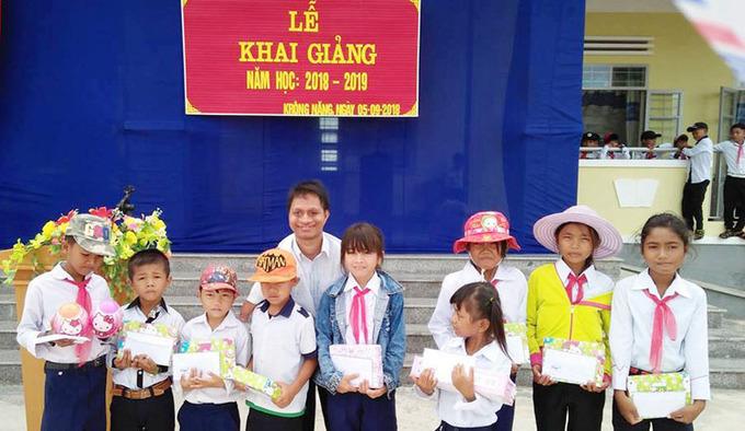 Nay Djrueng gavegiftsto studentss at Krong Nang Primary School on September 5, 2018. Photo courtesy ofNay Djrueng.