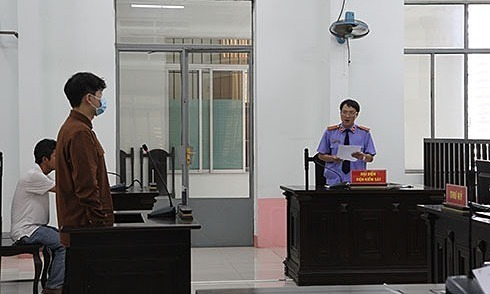Kim Sung Jin (L), 25, stands trial at the Khanh Hoa Province Peoples Court for a fatal hit and run, May 7, 2020. Photo courtesy of the Khanh Hoa Newspaper.