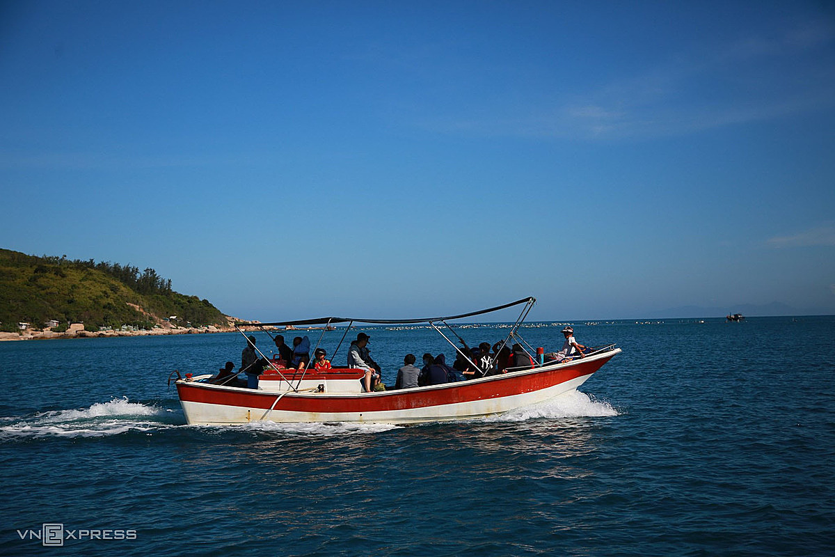 Other options for Travelers to choose from are motorboat, which costs VND100,000 - 150,000 ($4.33-6.49) for a round trip per person, or rent a canoe for VND300,000 ($13).